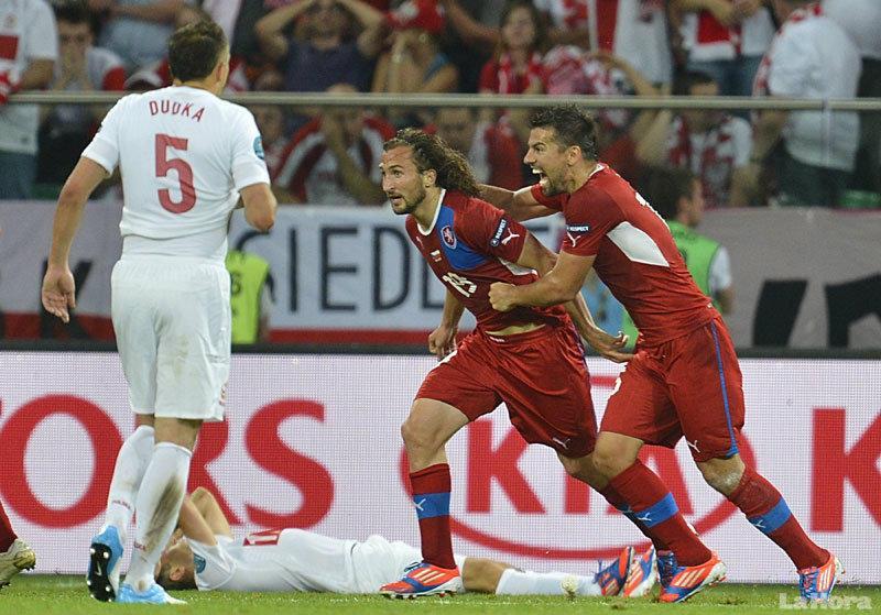 FOTO - El mediocampista checo Petr Jiracek celebra con el delantero Milan Baros el gol de la victoria.
